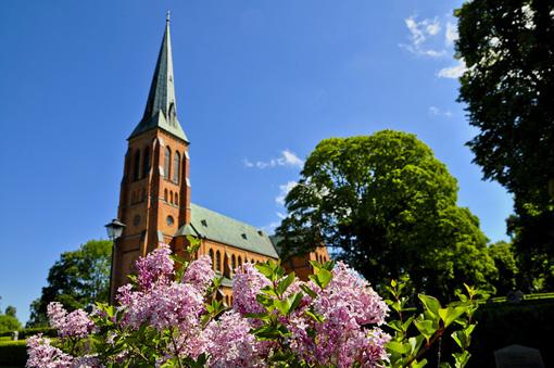 Undenäs kyrka är byggt i i rött tegel och gothisk stil.